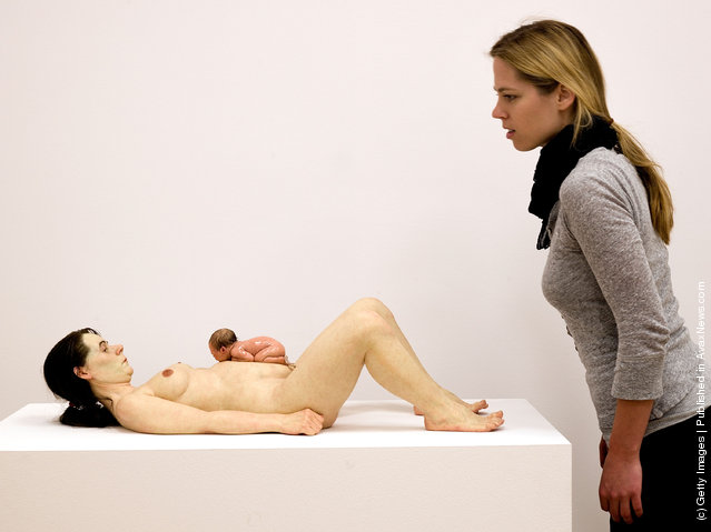 Mother and Child by Ron Mueck. Available at http://www.foros.net/
